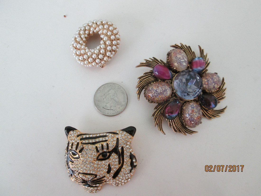 Lot of costume brooches