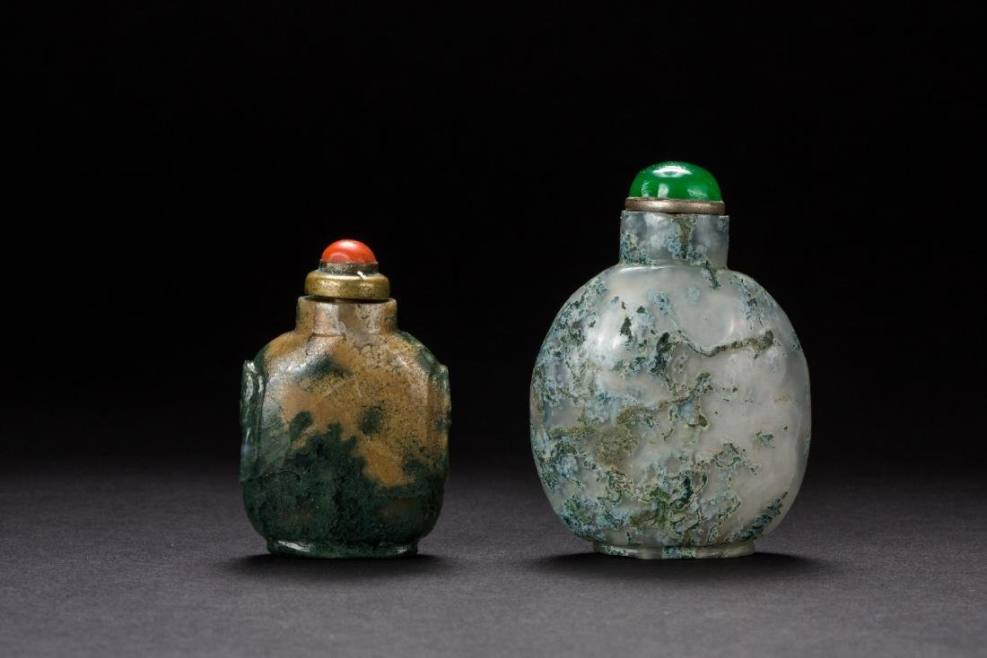 A group of two agate snuffle bottles from Qing Dynasty
