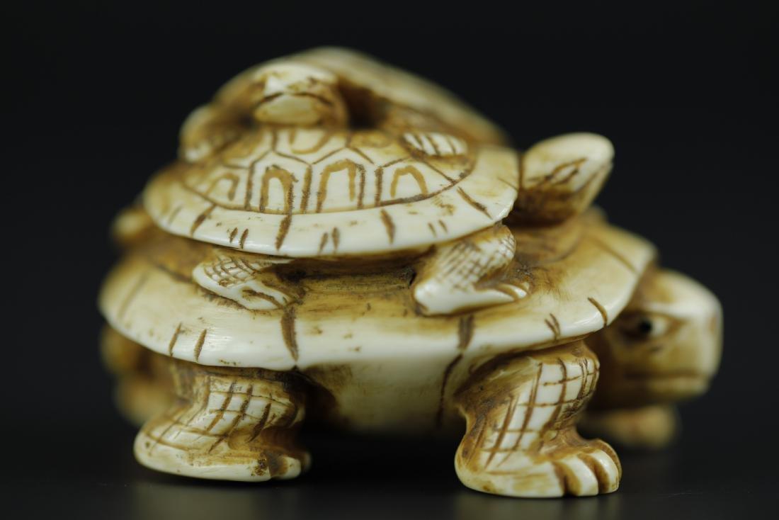 Japanese Netsuke carving of 3 turtles depicting