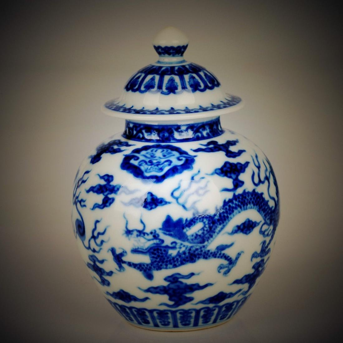 Chinese blue and white porcelain dragon design pot