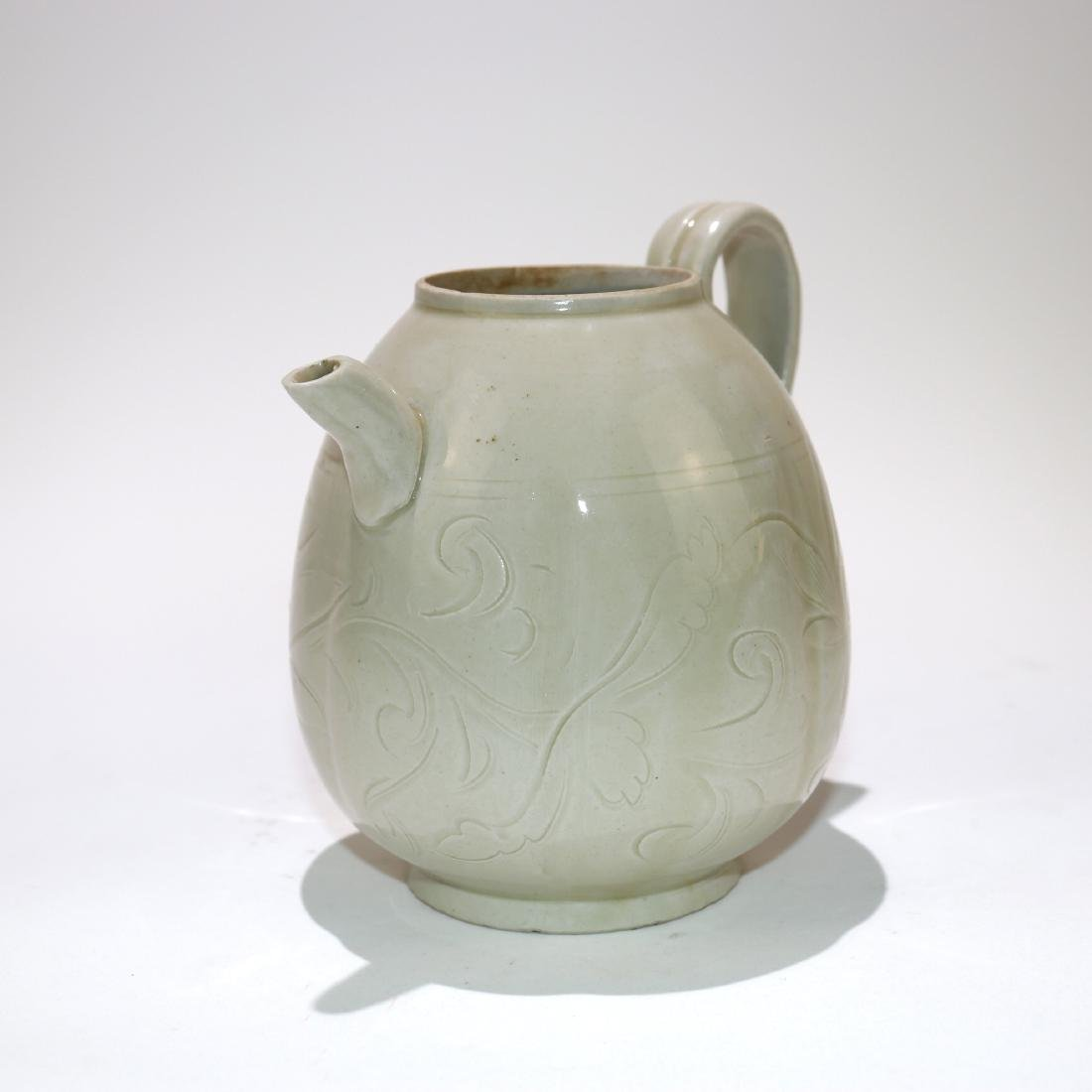 A CHINESE PORCELAIN TEAPOT - 2