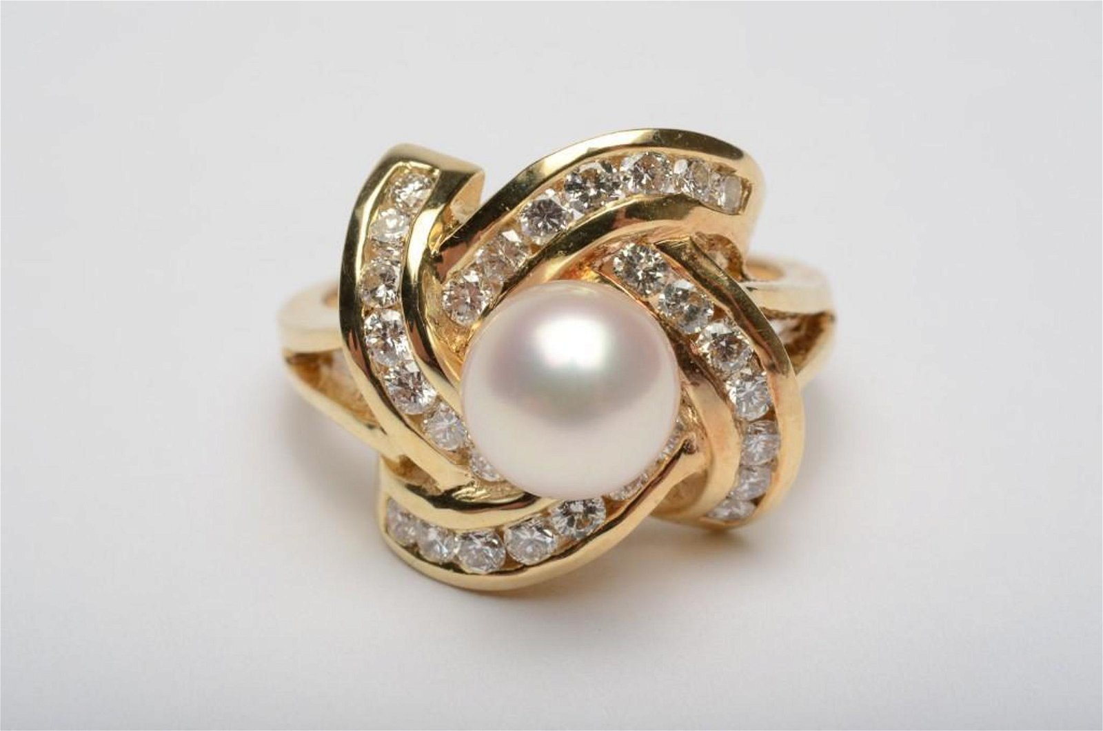 14k Gold Ring w Pearl and Diamonds