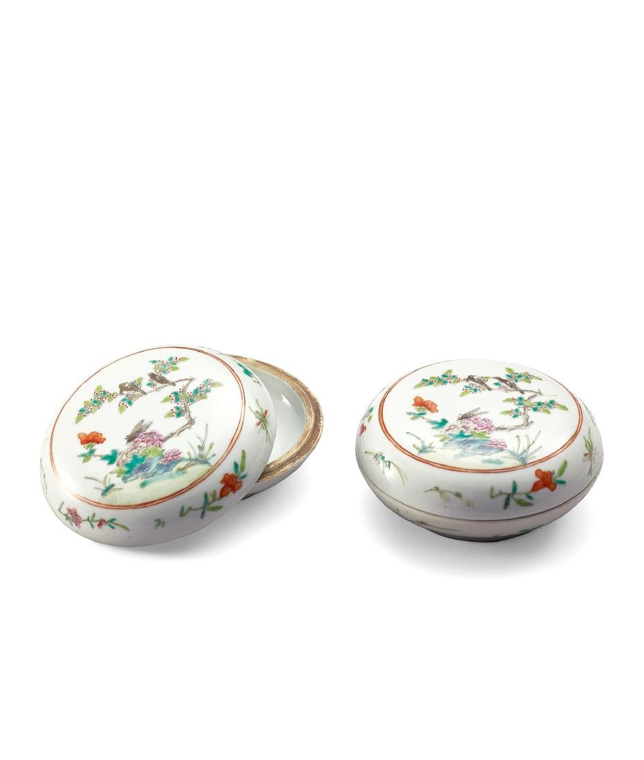 A PAIR OF FAMILLE-ROSE 'BIRD AND FLOWER' BOXES AND
