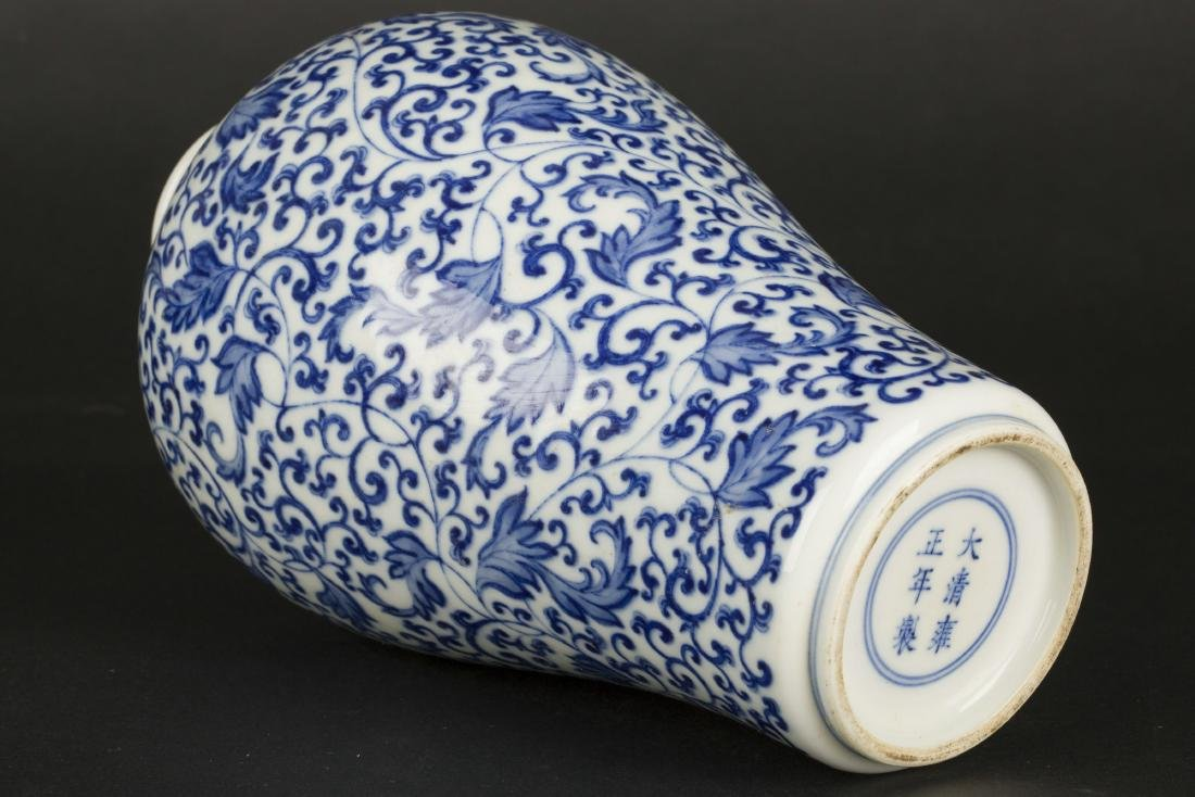 A Chinese Blue and White Porcelain Vase - 4