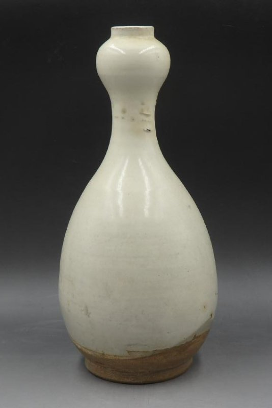 A Chinese White Glazed Porcelain Vase - 2
