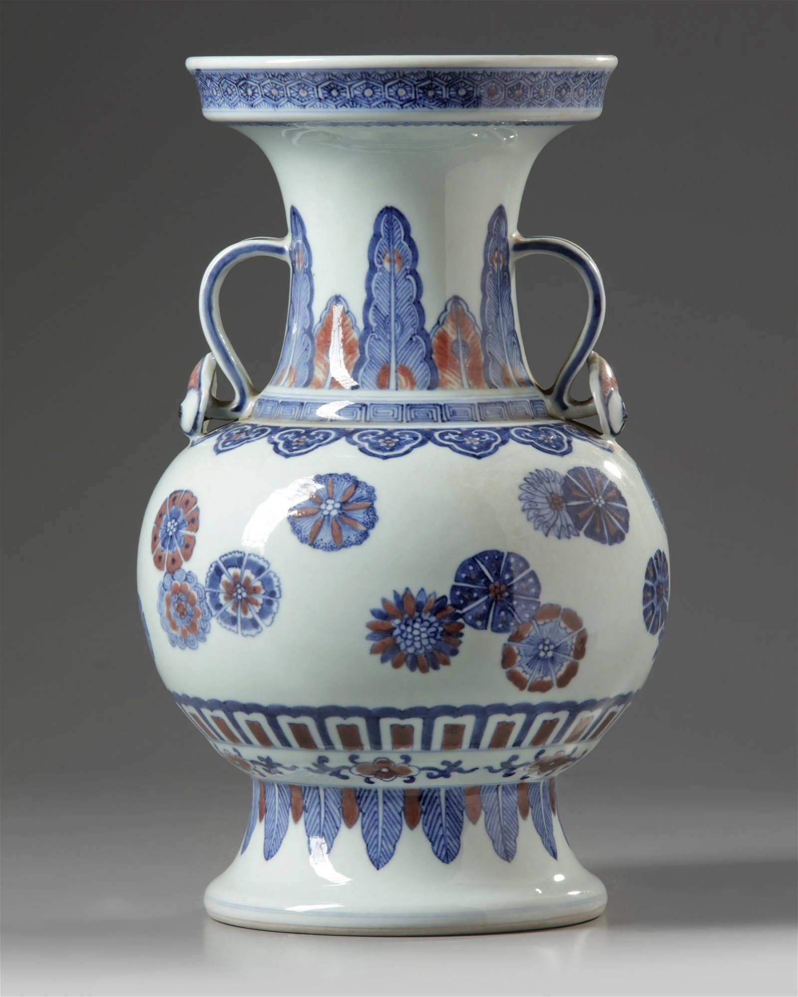 A CHINESE PORCELAIN VASE, CHINA, QING DYNASTY