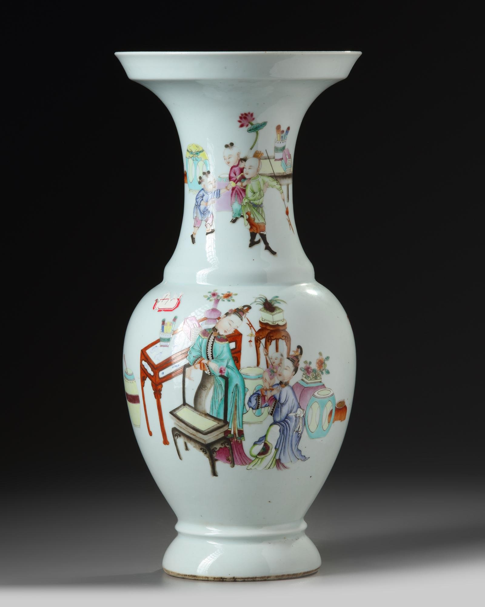 A CHINESE FAMILLE ROSE VASE, CHINA, 19TH-20TH CENTURY