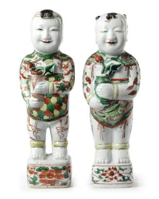 A PAIR OF CHINESE FAMILLE VERTE FIGURES OF BOYS, KANGXI