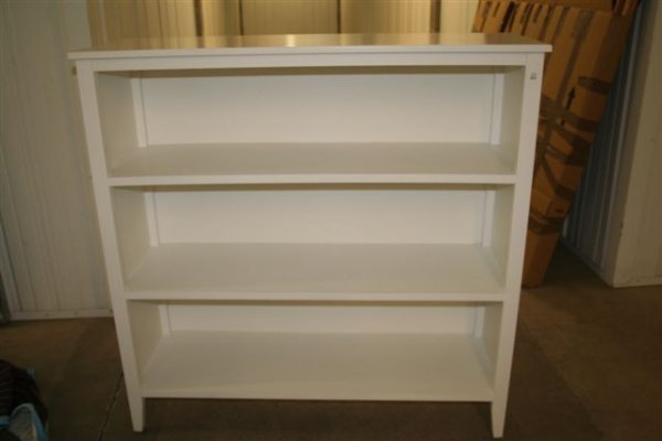 7: 3-shelved white bookcase with feet Roenick