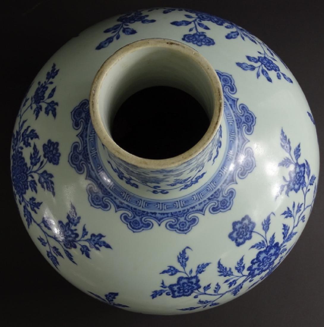Large Chinese Blue & White Globular Porcelain Vase - 2