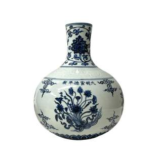White and blue Chinese TIANQIUPING style vase