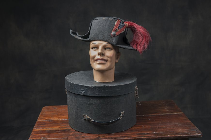 Combined lot of hatbox, mannequin head and Napoleon hat