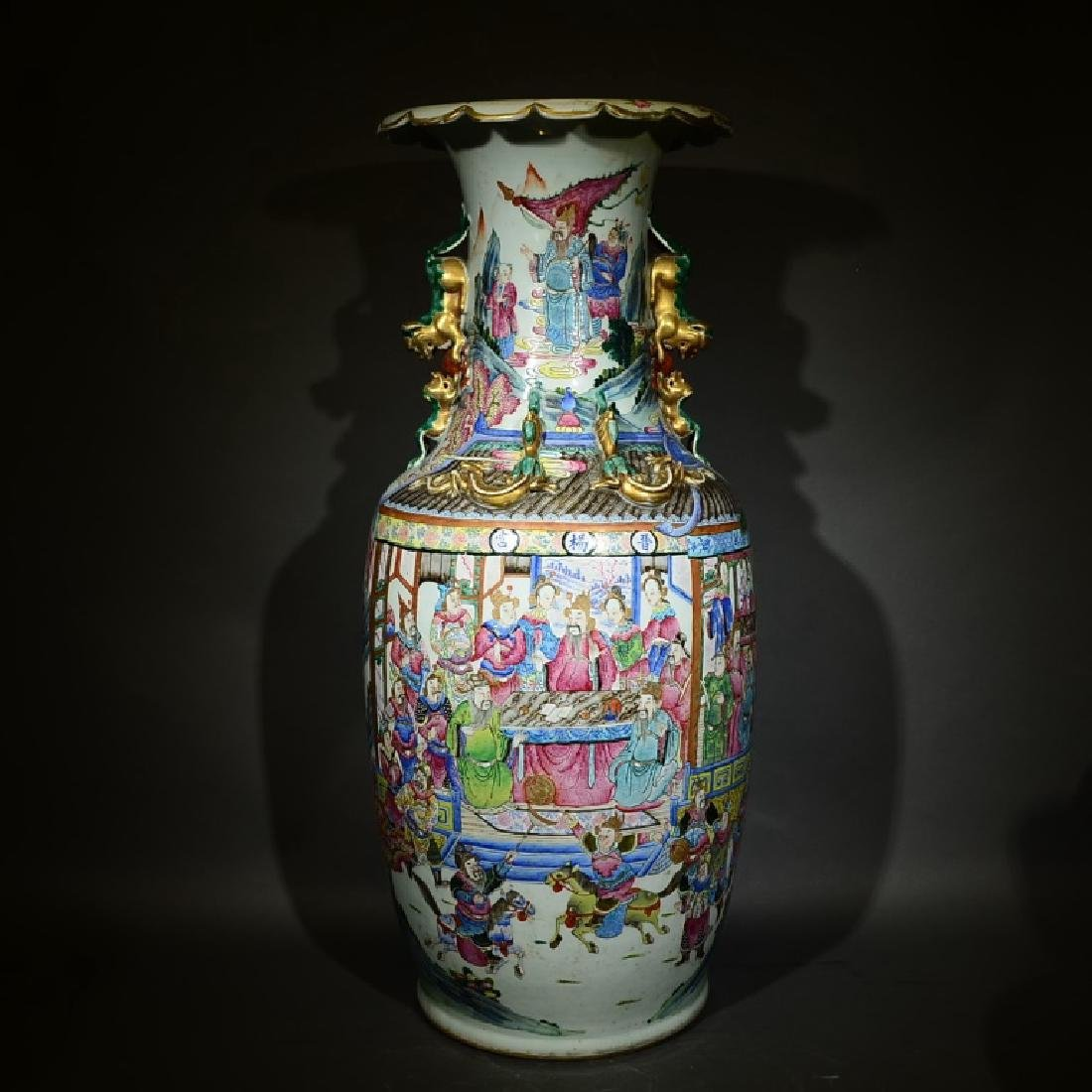 A LARGE FAMILLE ROSE VASE, LATE QING DYNASTY