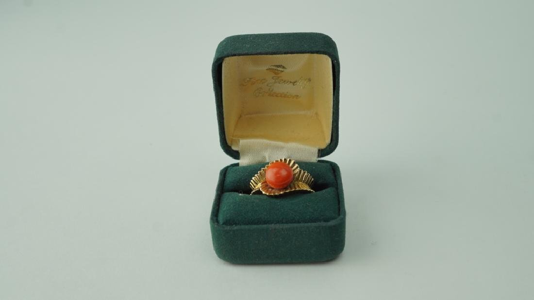 18K YELLOW GOLD AND CORAL RING