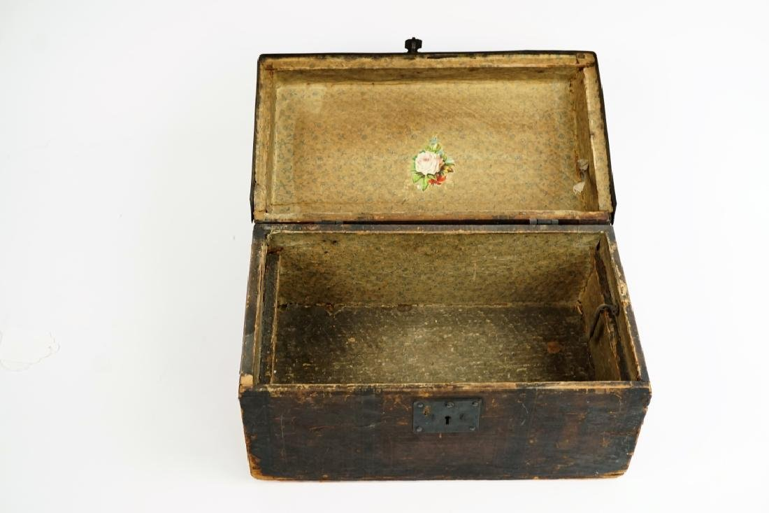 ANTIQUE DOLL / CHILD'S TRUNK