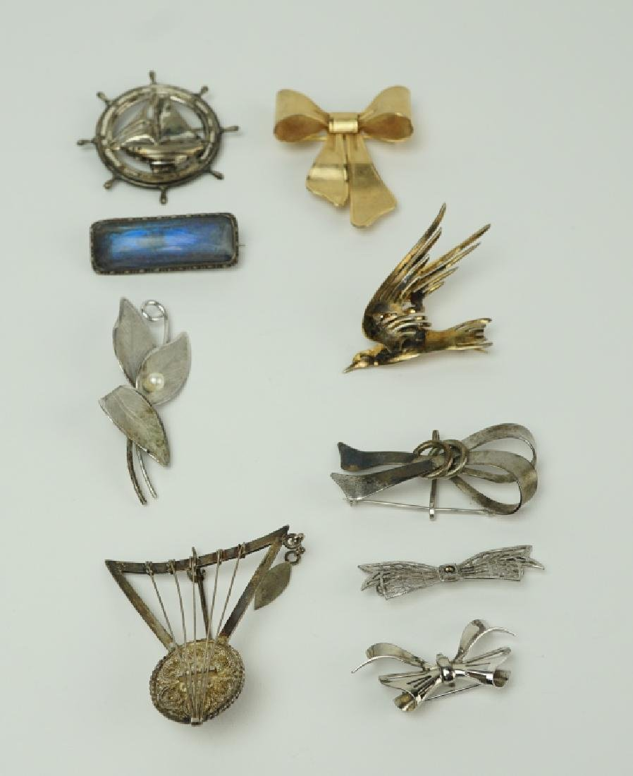 (9) ASSORTED PINS / BROOCHES INCLUDING STERLING
