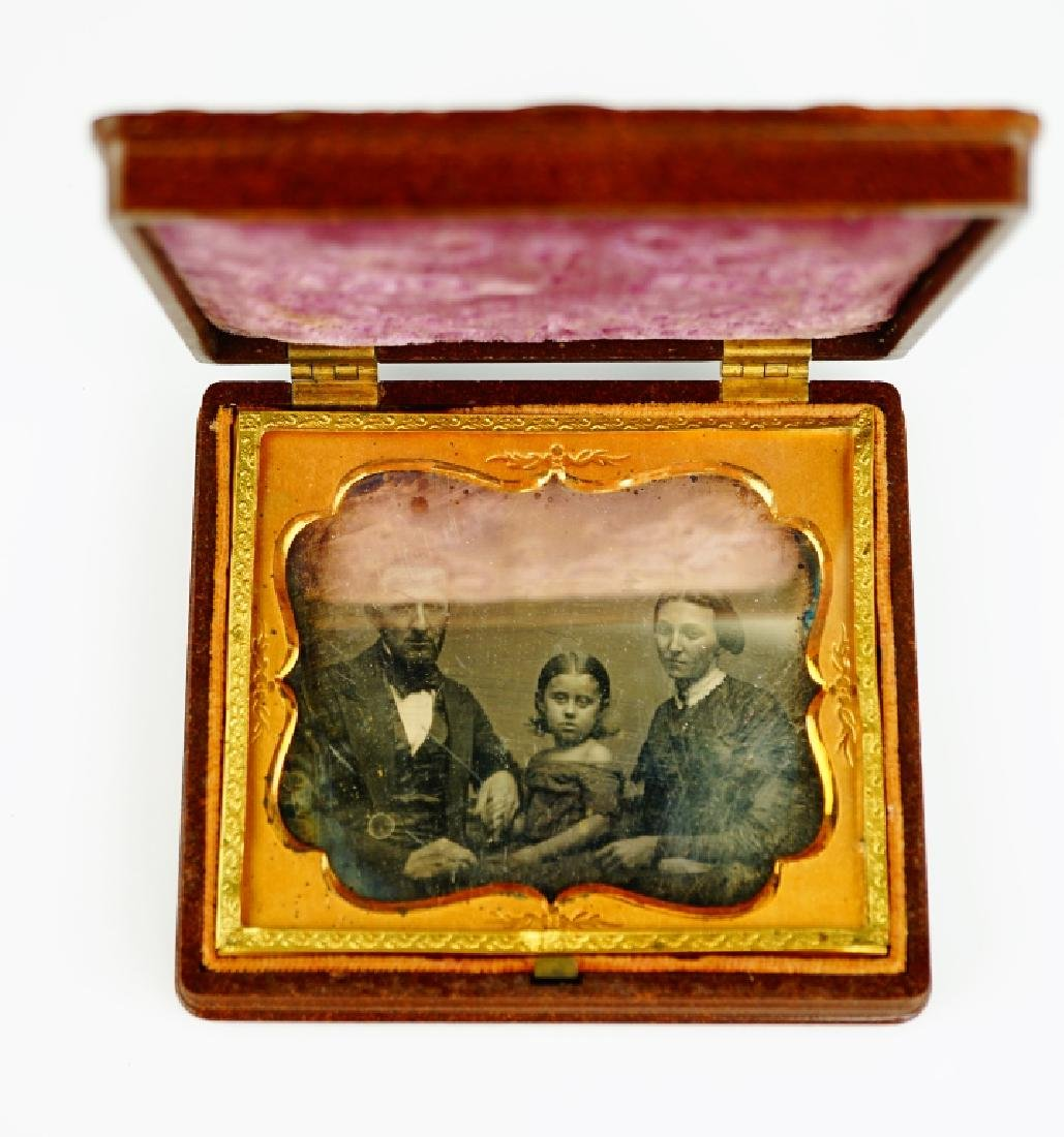 ANTIQUE DAGUERREOTYPE IN UNION CASE