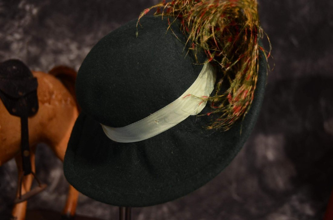VINTAGE ROBIN HOOD TYPE HAT w FEATHER PLUME