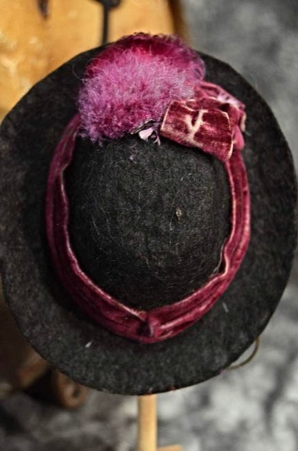 ANTIQUE STYLE FELT HAT FOR ANTIQUE DOLLS