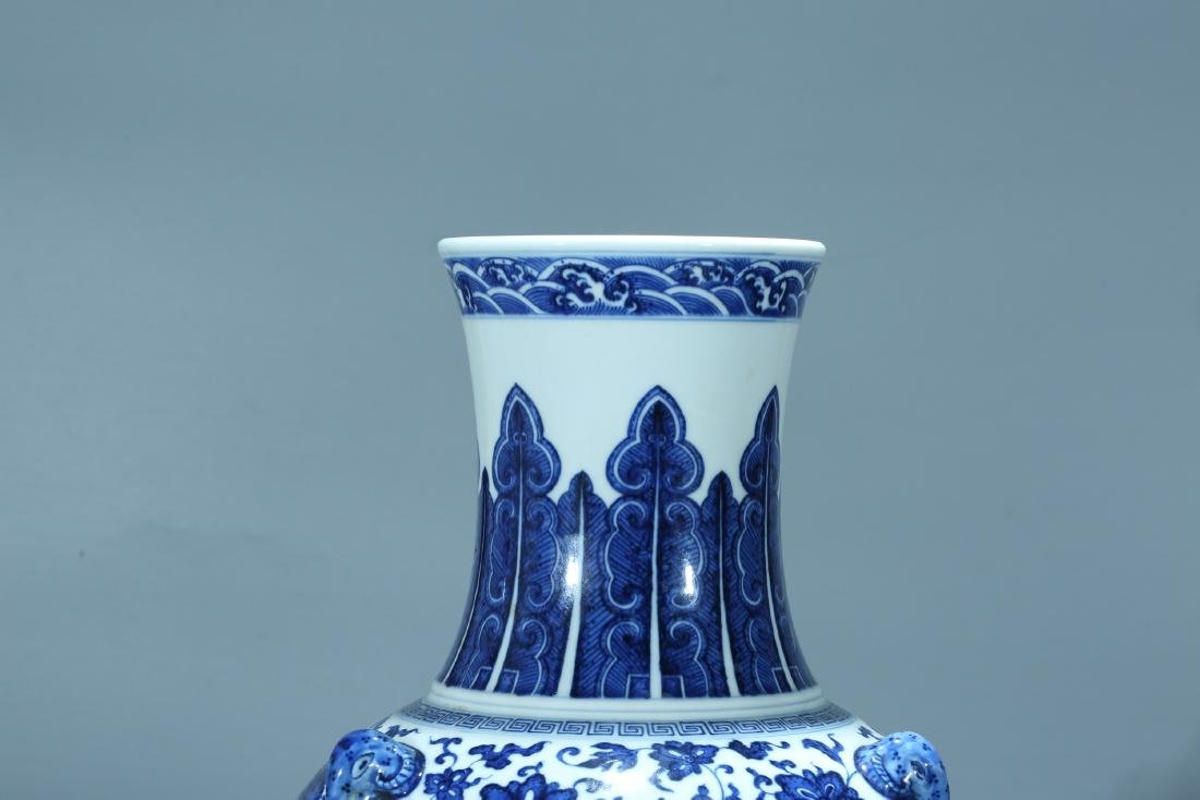Chinese blue and white porcelain vase, Qianlong mark. - 6