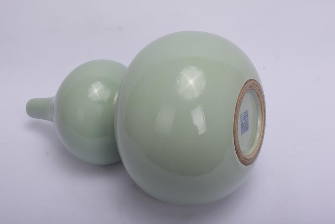Chinese celadon porcelain vase, Qianlong mark. - 3