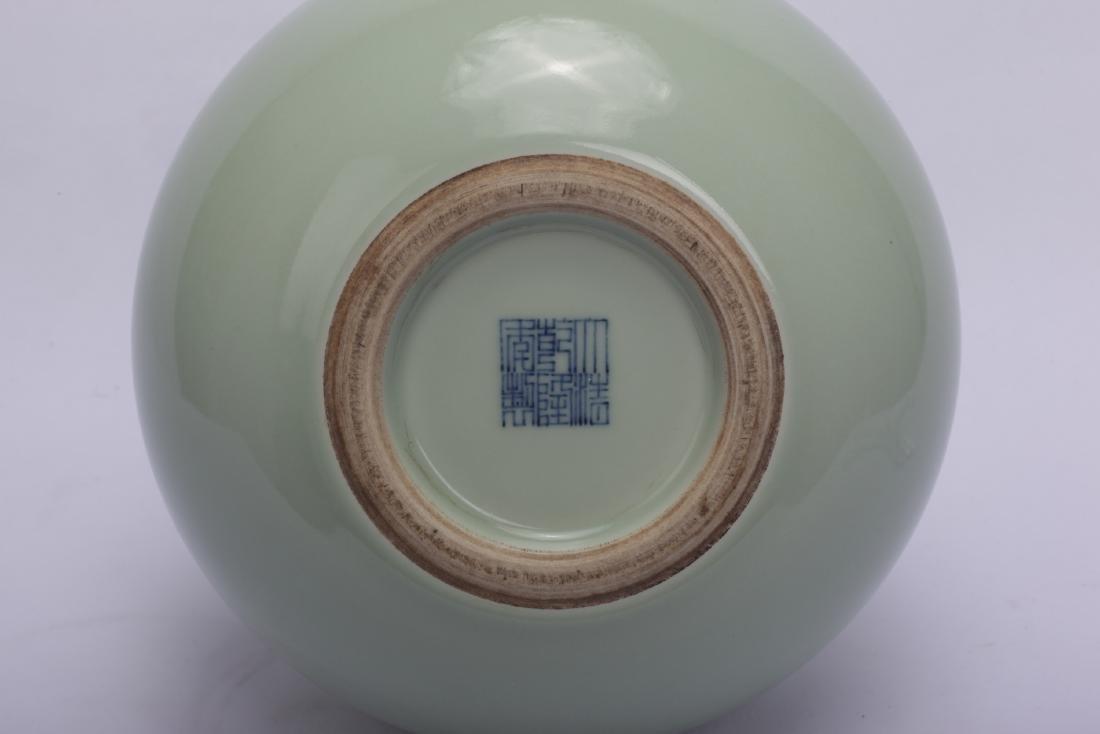 Chinese celadon porcelain vase, Qianlong mark. - 4