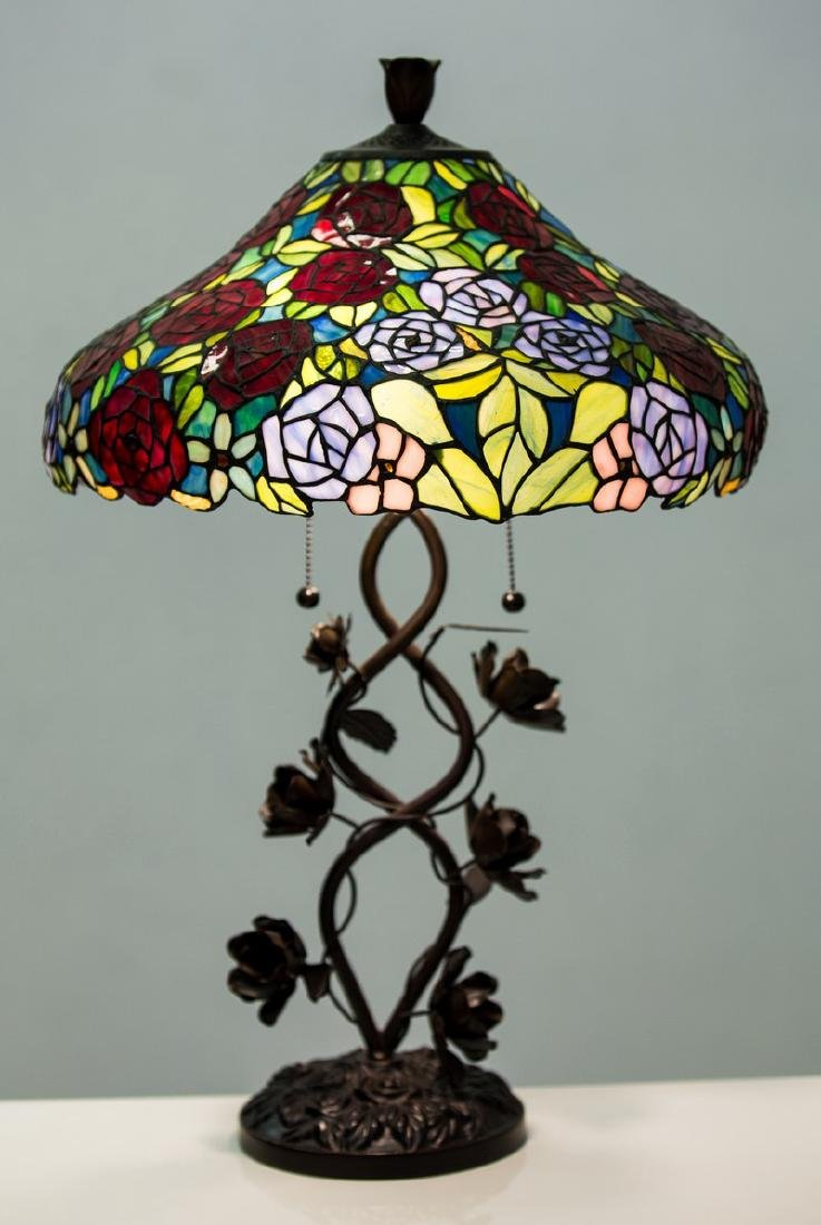 TIFFANY STYLE FLORAL MOTIF TABLE LAMP