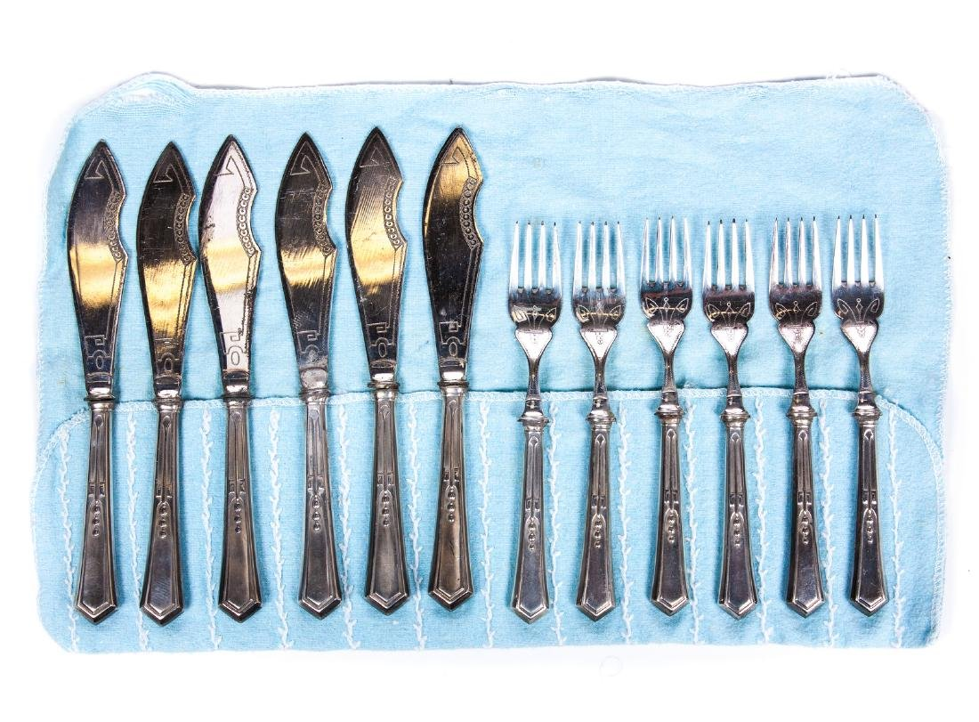 VINTAGE SET OF 12 SILVER PLATE KNIVES AND FORKS