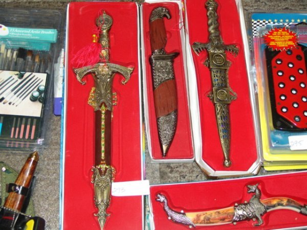 2293: ASST HUNTING KNIFE WITH SHEATH AND CASE Quantity: