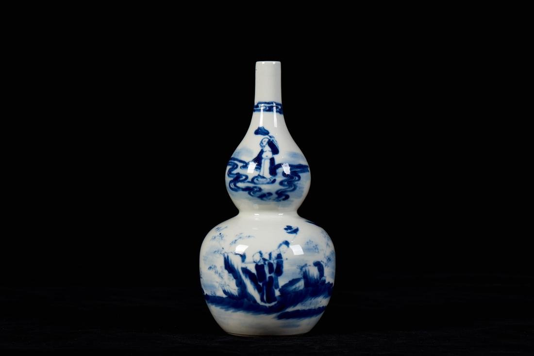 Blue and white cucurbit shape vase