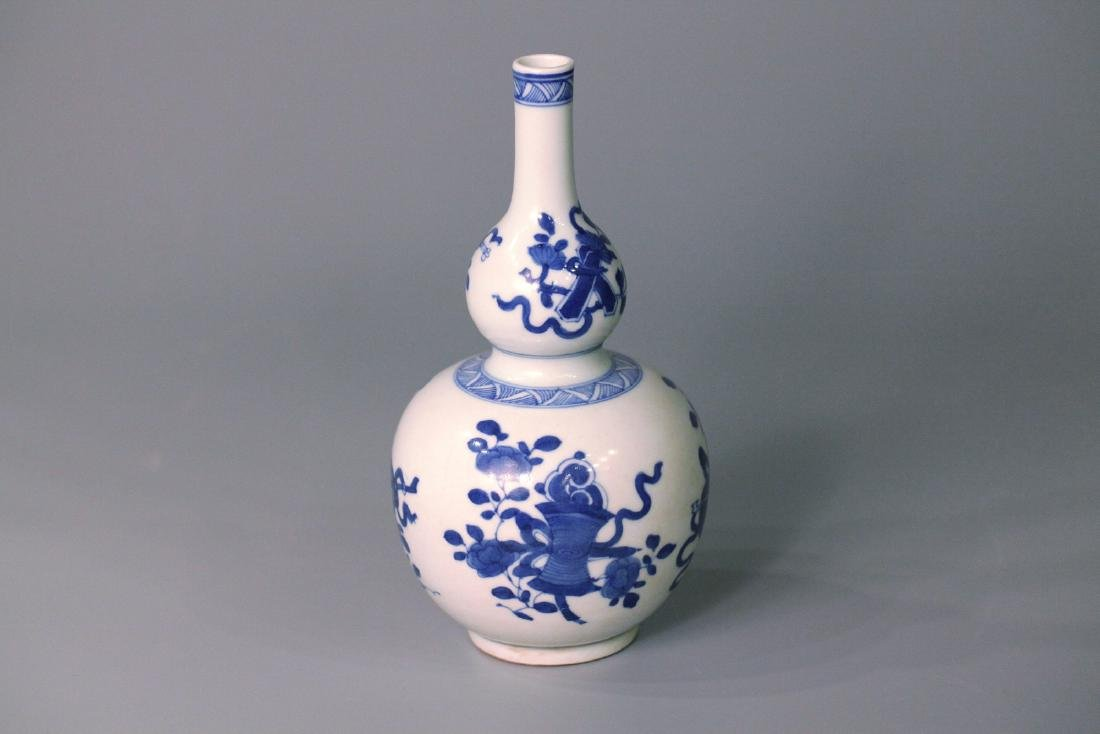 A chinese blue&white gourd shape vase