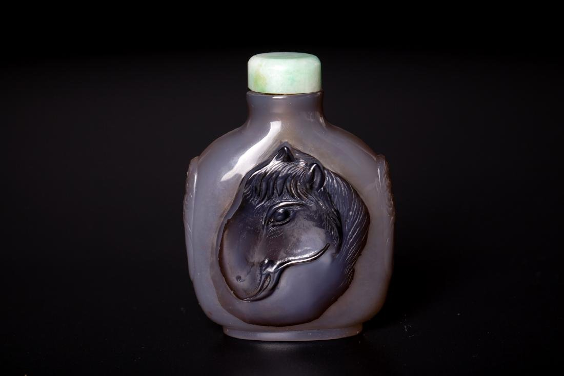 Chinese 18 century agate carved snuff bottle with