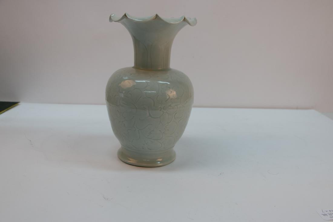A chinese green white glaze vase - 2