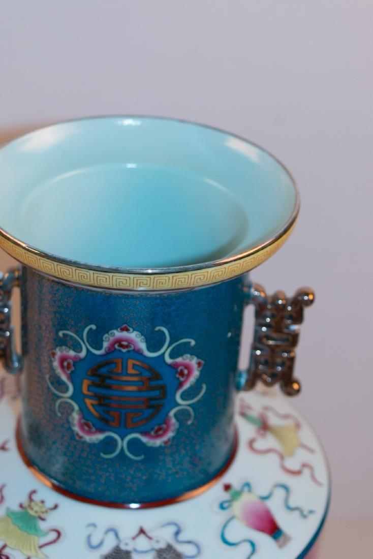 A chinese porcelain vase - 7