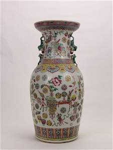 Chinese Famille Rose vase in the late Qing Dynasty