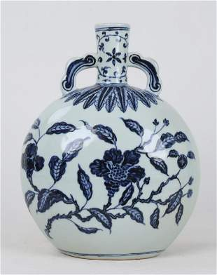 A CHINESE BLUE AND WHITE 'FLOWER' VASE