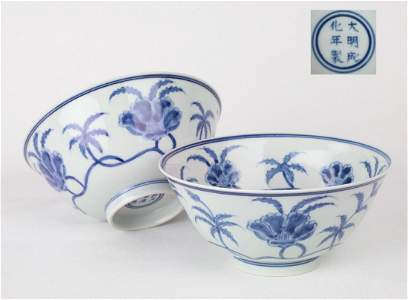 A  PAIR CHINESE BLUE AND WHITE 'FLOWER' BOWL WITH