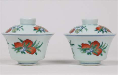 A PAIR OF CHINESE FAMILLE ROSE 'THREE FRUIT' BOWLS WITH