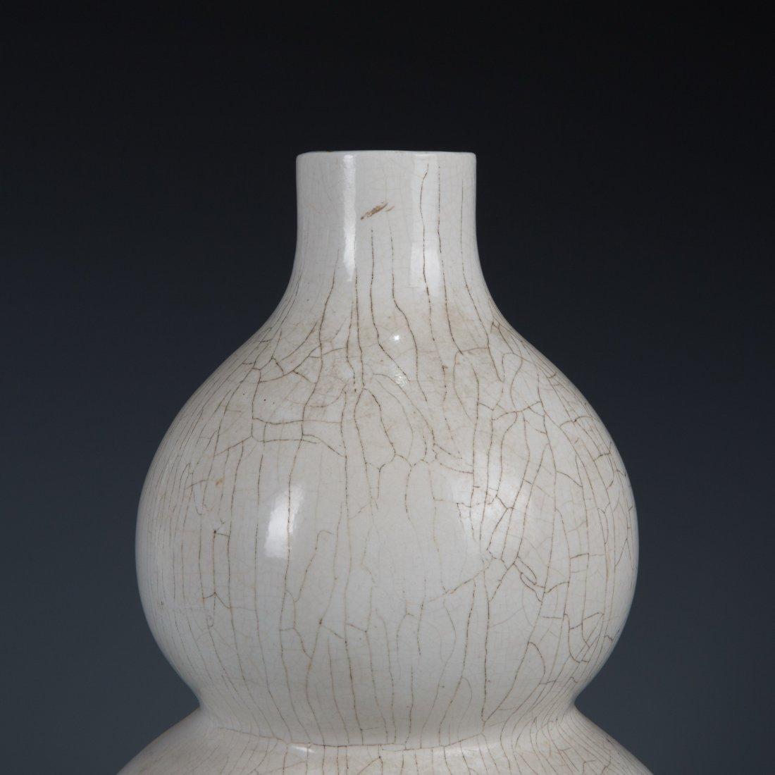 White-Glazed Double-Gourd Shape Vase - 2