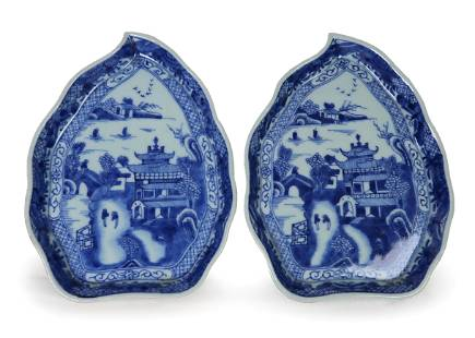 PAIR OF CHINESE EXPORT BLUE AND WHITE LEAF DISHES