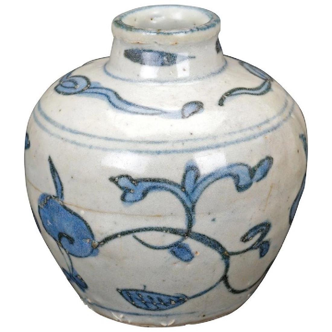 Chinese Ming blue and white porcelain jar 15th/16th