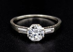 An 18K White Gold and Diamond Ring