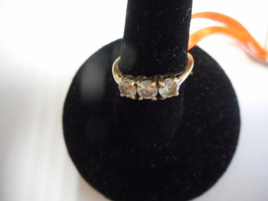 10 k yellow gold diamond ring has 3 diamonds estate