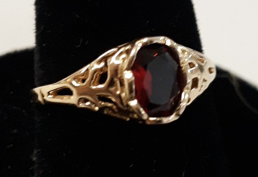 10 K gold & Garnet Ring sz 6 1/4