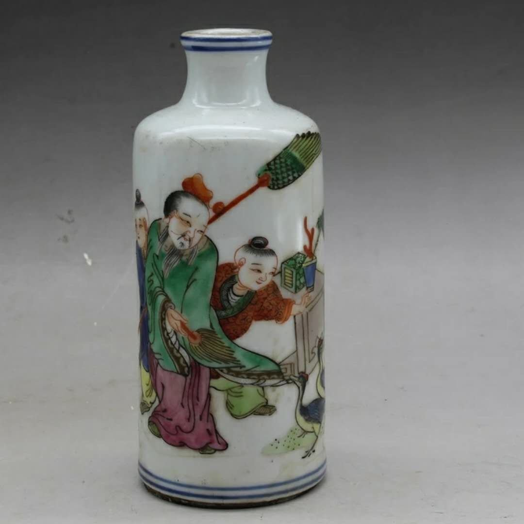 A porcelain snuff bottle