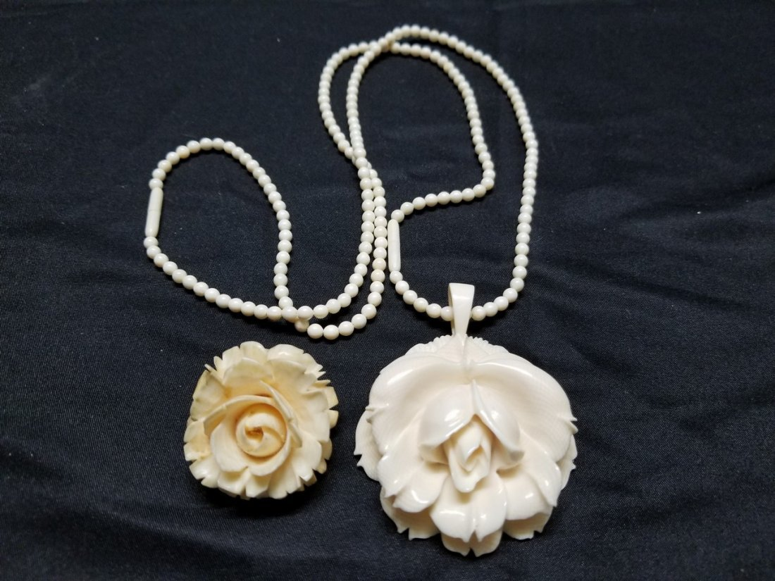A ivory color bead with flower pendant