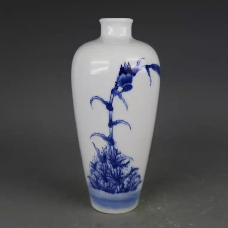 Mark Chinese B/W porcelain vase