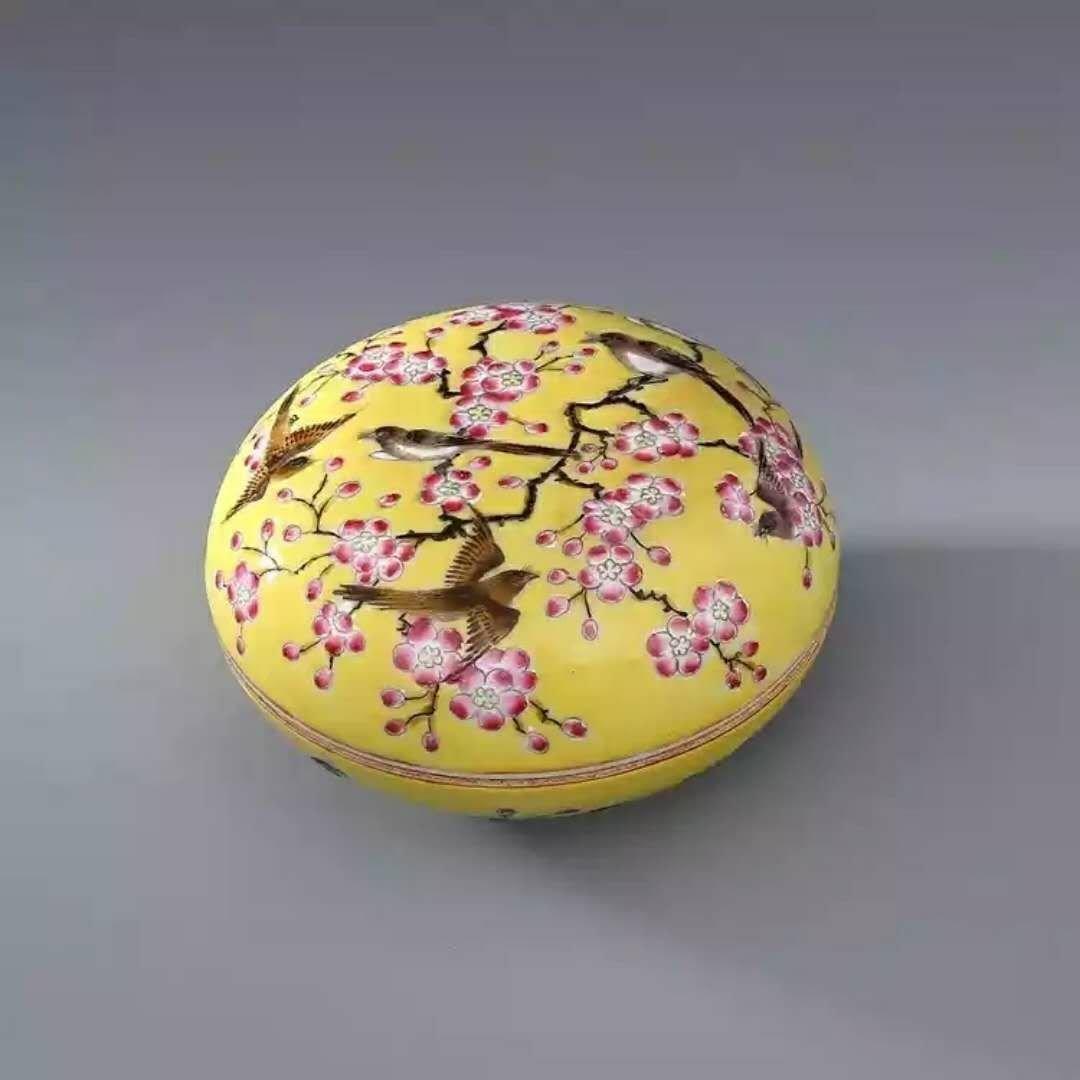 A famille rose porcelain box