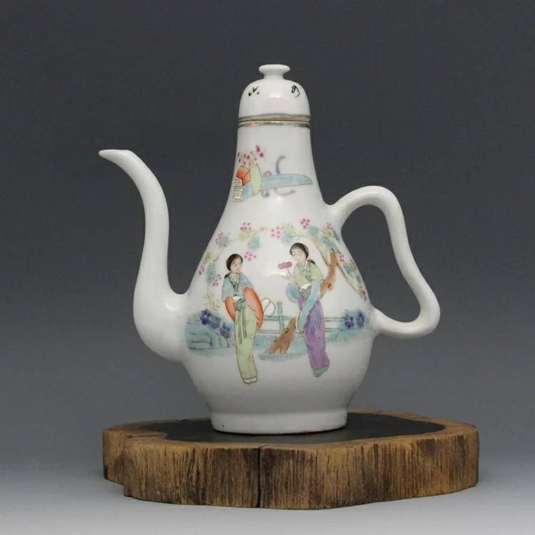 A republic period Chinese porcelain wine pot