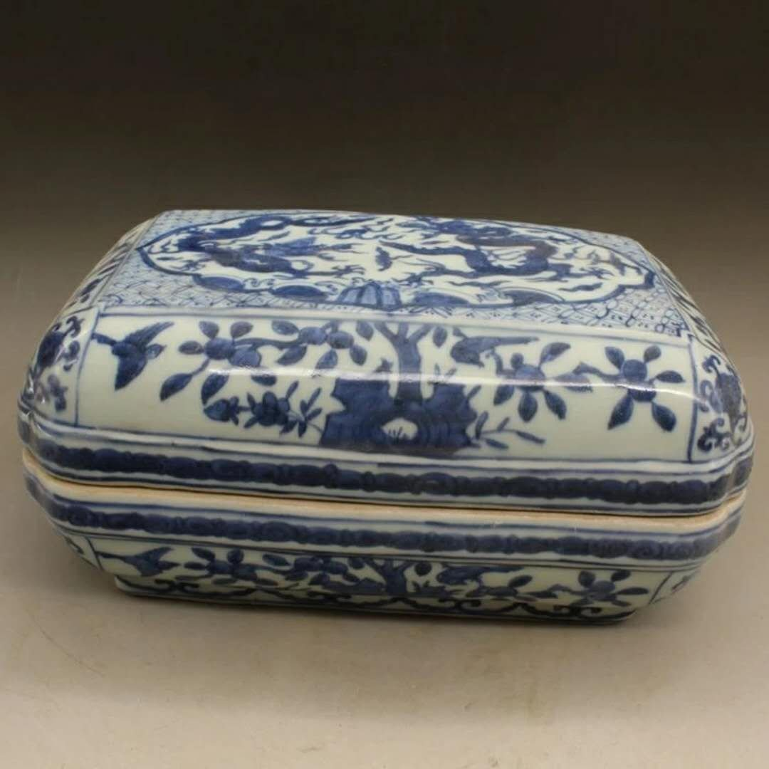 Excellent Chinese B/W porcelain dragon box